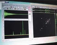 写真「分析装置モニター画面」